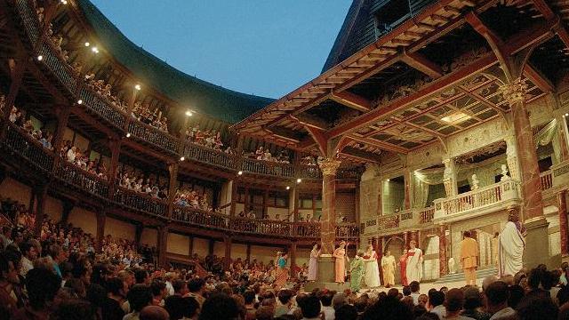 La actual reconstrucción del teatro Globe, del que Shakespeare fue socio, en el que actuó y representó sus obras, es bastante fiel al modelo del original isabelino. El Theatre en que se estrenó Tito Andrónico debió ser muy similar.