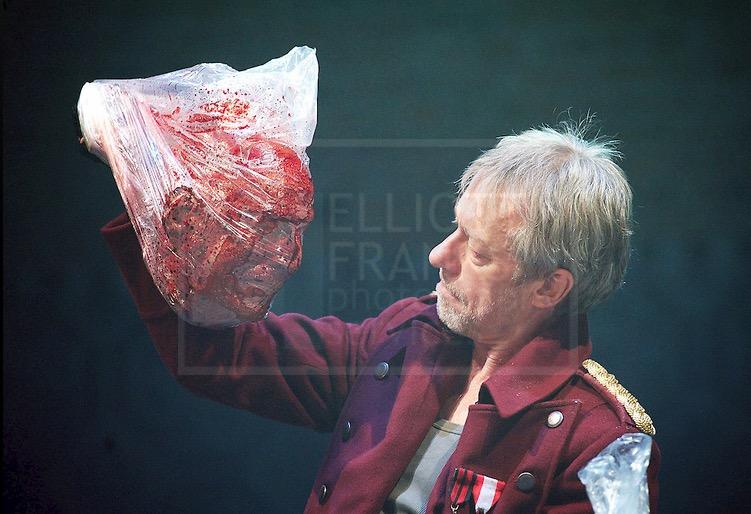 Las modernas puesta en escena de Tito Andrónico, como esta de Michael Feinmann en 2013 reflejan la crudeza de la obra original. Fuente: Elliot Frank Photography http://elliottfranks.photoshelter.com