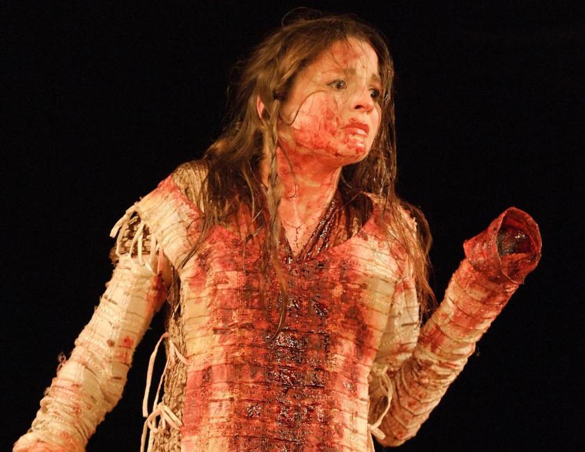 La actriz Flora Spencer-Longhurst en el papel de Lavinia. La representación llevada a cabo en 2006 en The Globe, el teatro original de la compañía de Shakespeare -su copia reconstruida- fue la más cercana a cómo vieron Tito Andrónico los espectadores isabelinos.